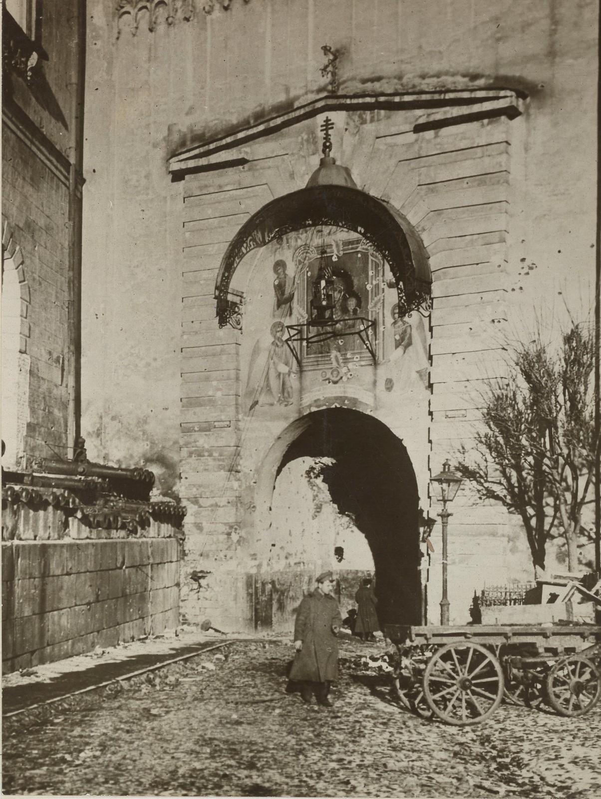 1917. Поврежденная во время октябрьских боёв кремлёвская башня