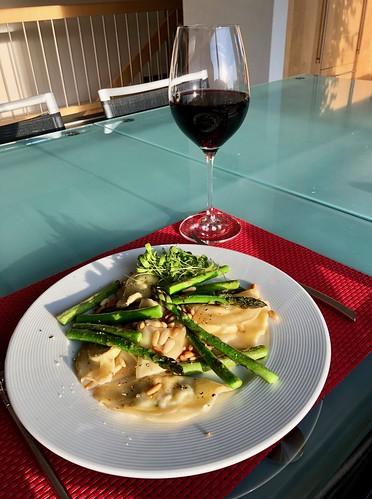 Abendessen, Kräuterfrischkäse-Ravioli mit Pinien und Spargeln