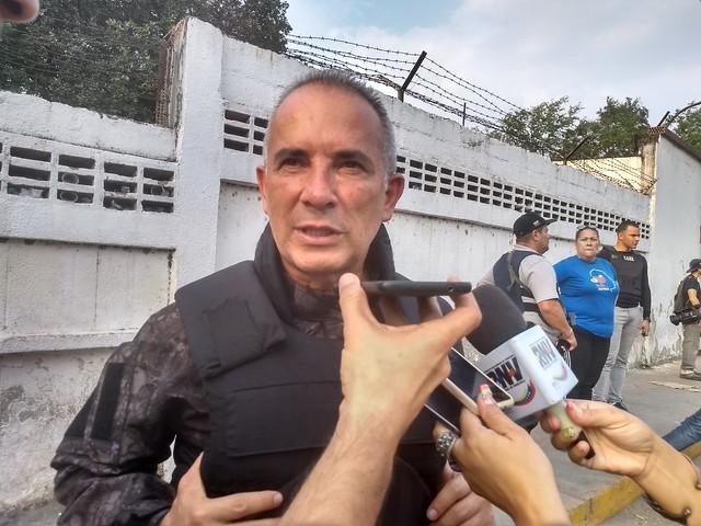"""Dois militares venezuelanos invadem ponte Bolívar com blindados: """"Traidores"""""""