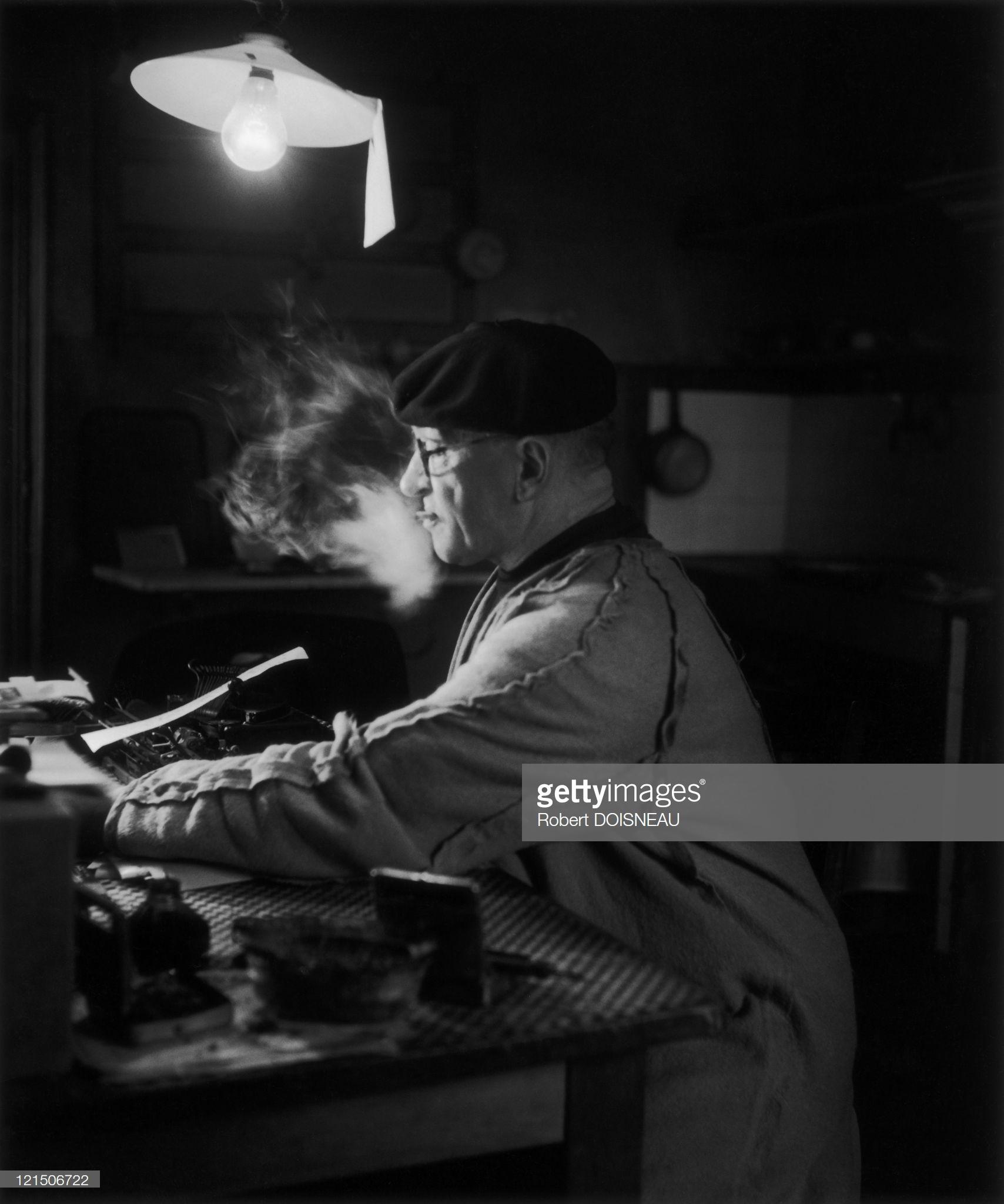 1944. Под лампой