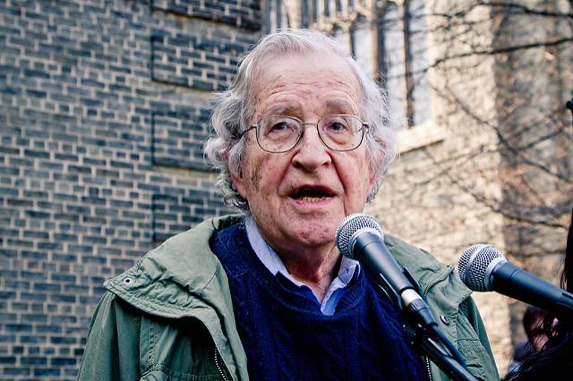 O linguista e ativista estadunidense Noam Chomsky é um dos intelectuais que assina a carta aberta em apoio à Venezuela - Créditos: Andrew Rusk/Flickr