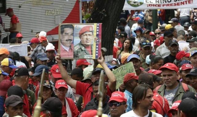 Chavistas e oposicionistas vão às ruas em manifestações na Venezuela
