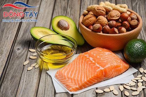 Cá và các loại quả hạch chứa hàm lượng omega - 3 rất phong phú