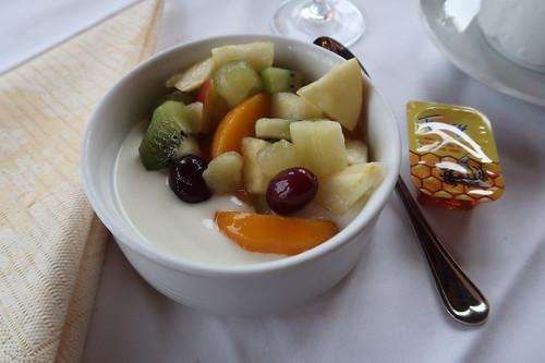 Naturjoghurt mit Fruchtsalat und Honig