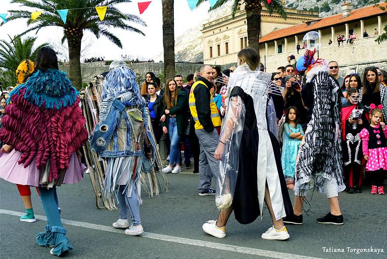 Выступление молодежи на карнавале