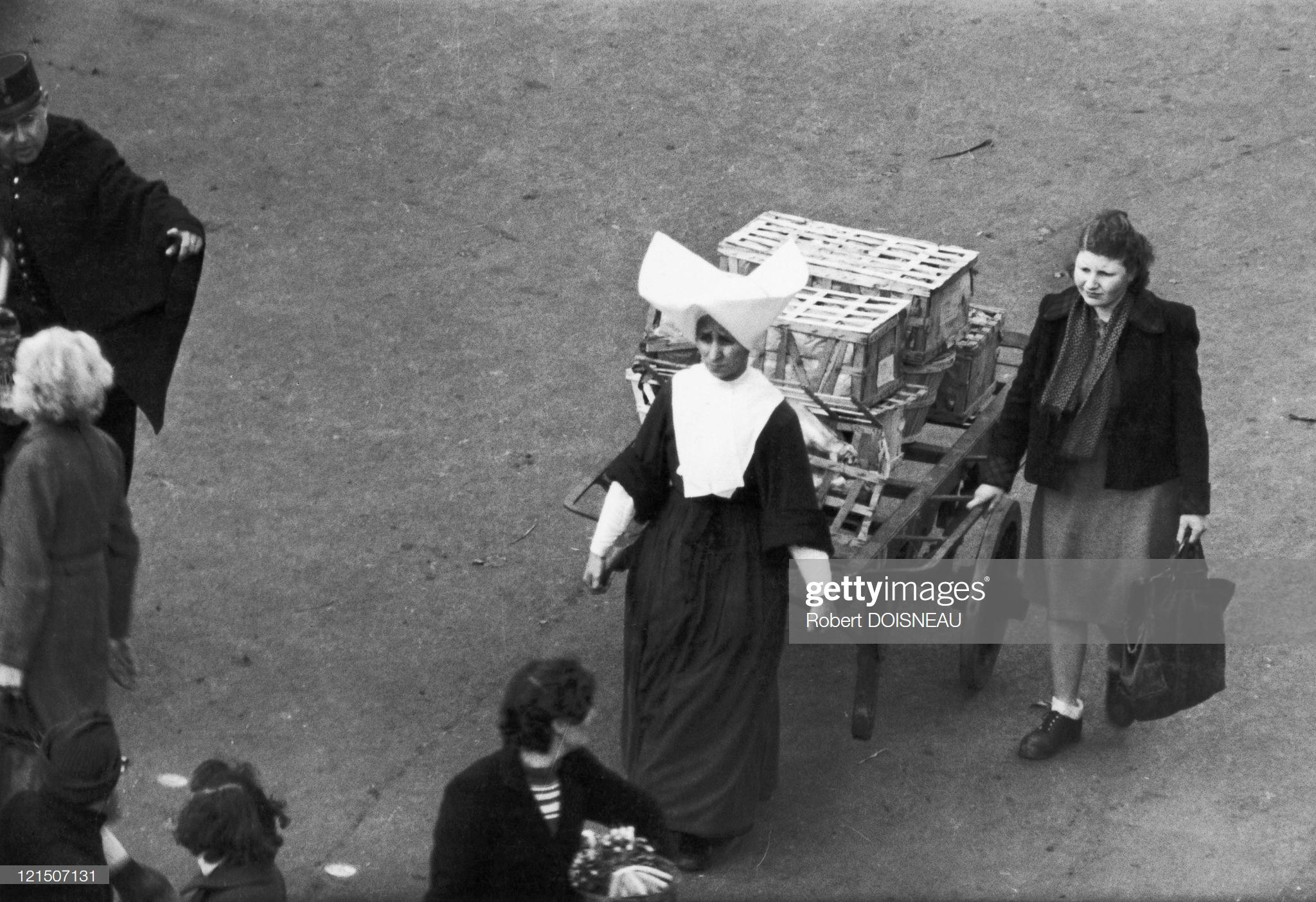 1953. Ле-Аль. Монашка везет тележку с покупками