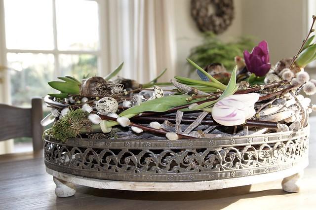 Bloemstuk met tulpen op eettafel
