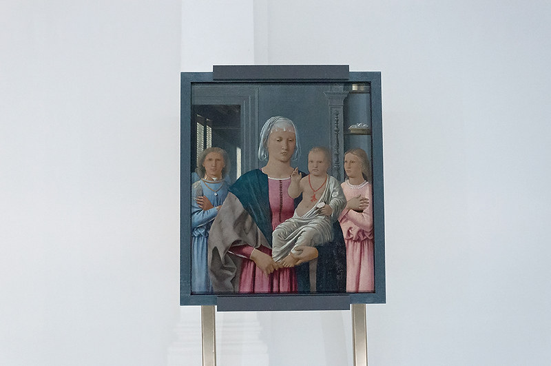 Мадонна с благословляющим младенцем и двумя ангелами (Мадонна ди Сенигаллия). Национальная галерея Марке, Урбино