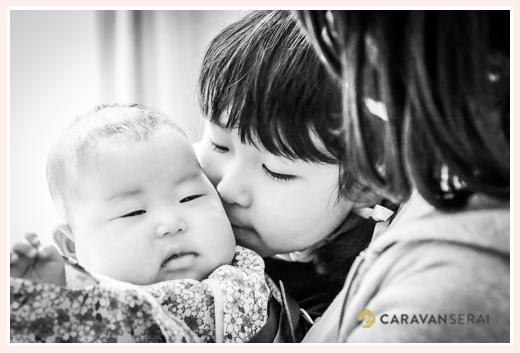 姉妹 赤ちゃん モノクロ写真