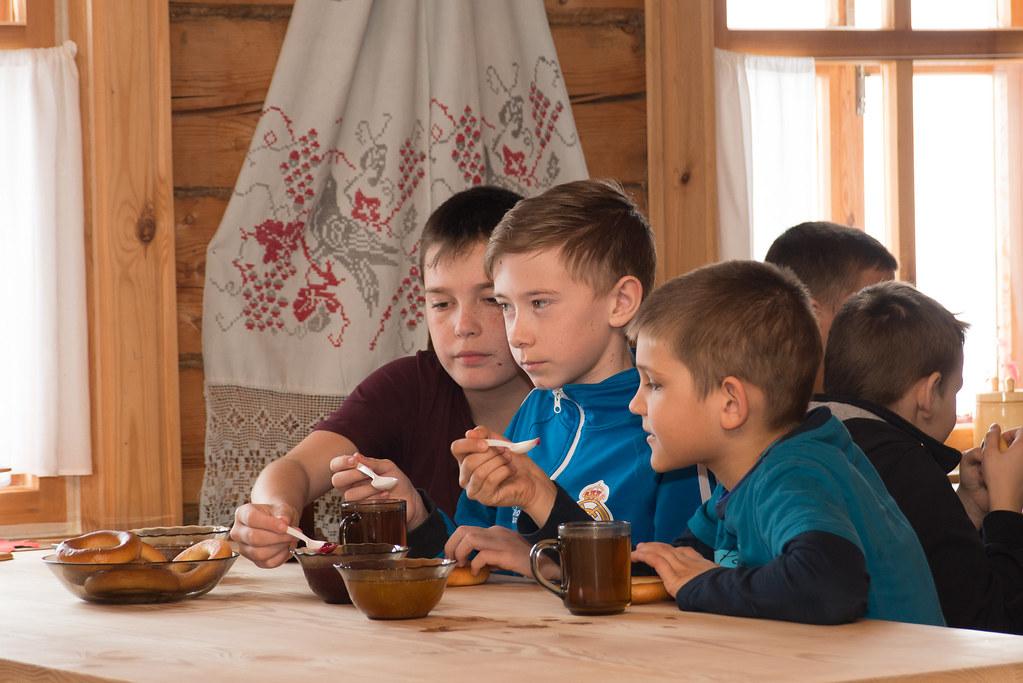 Дети из оздоровительного лагеря «Солнышко» на ежегодной акции Всемирный день театра 27 марта 2019 года в музее «Тарханы». На чаепитии в доме мельника с барыней и ключницей. Фото: А. Семёнов