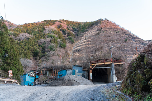 採掘現場の古びたトンネルを行く