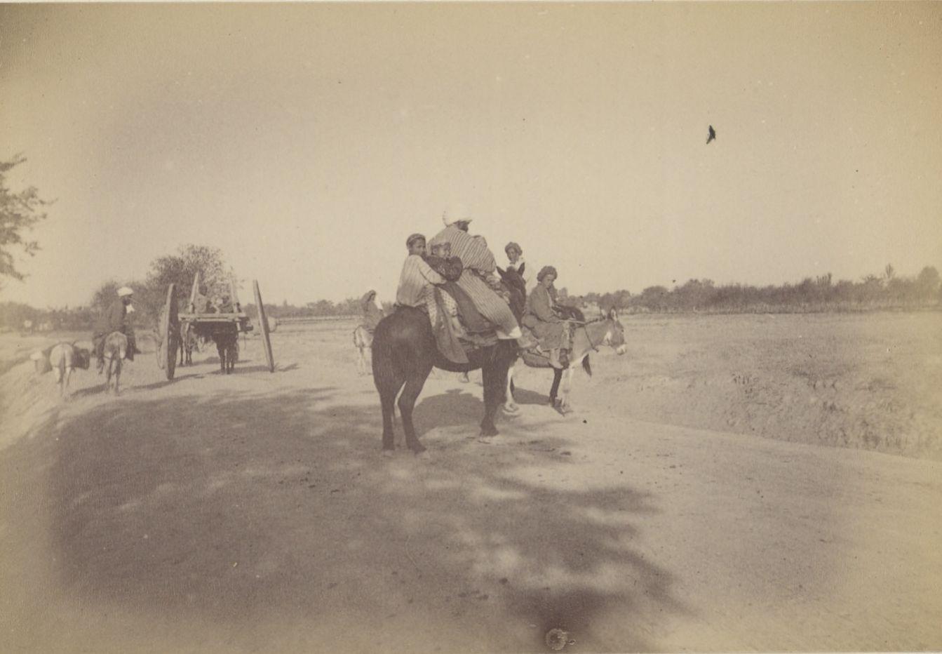 07. Бухарская семья верхом на лошади у ворот Бухары