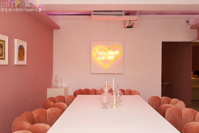 40391142703 0569e70dc7 c - Rosé  CLUB│一樓賣衣服,二樓賣吃的,大量粉紅元素讓這成為網美打卡點,就連水餃也都是粉紅色的哦!