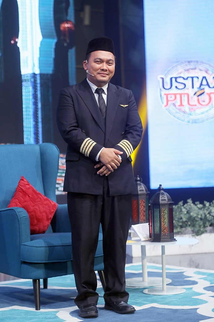 Ustaz Lukmanul Hakim selaku pengemudi rancangan Ustaz Pilot