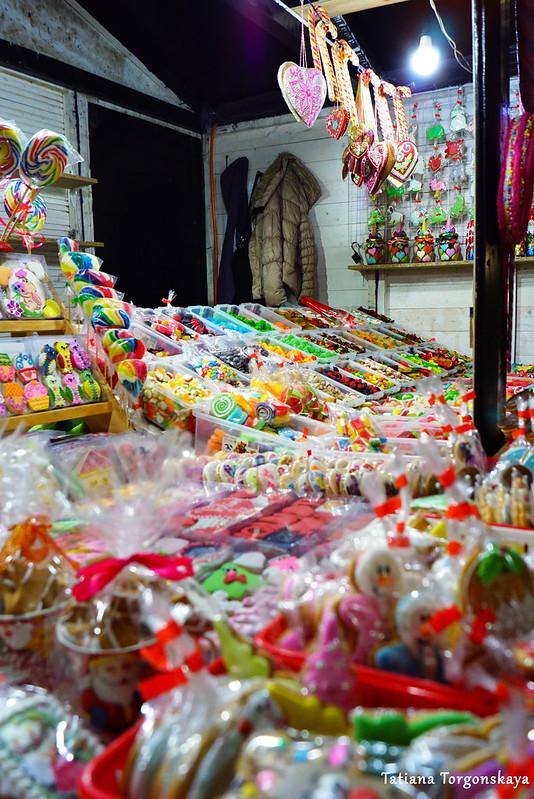 Ассортимент сладостей в ярмарочном домике
