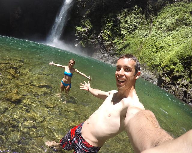 Bañándonos en las aguas de la cascada Tappiya