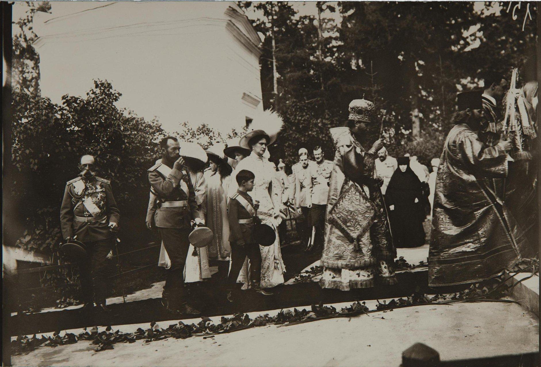 1912. Император Николай II, императрица Александра Федоровна с детьми во время Бородинских торжеств