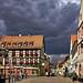 Dunkle Wolken über der Stadt by Helmut Reichelt