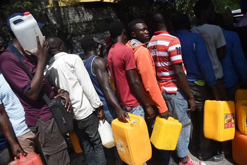 海地民眾於太子港排隊等待購買汽油。(圖片來源:Hector Retamal/AFP)