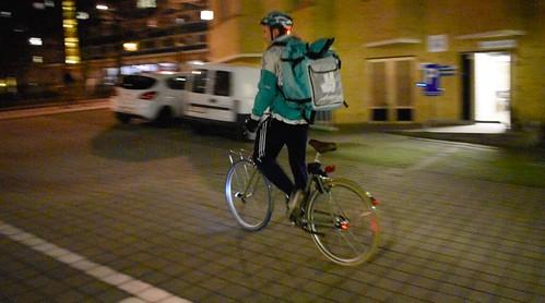 Ciclista repartiendo un pedido