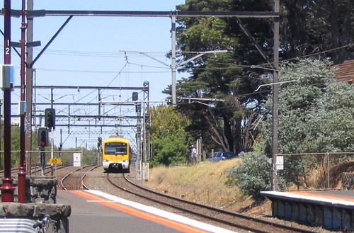Connex Siemens train approaches Malvern station, January 2009 | by Daniel Bowen
