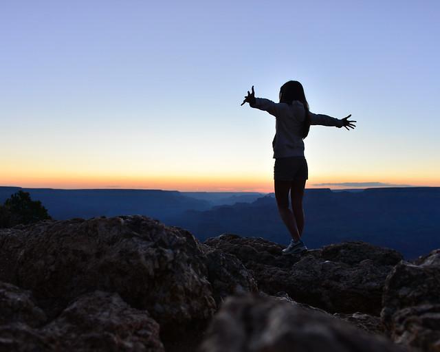 Volando al atardecer en el Gran Cañón del Colorado