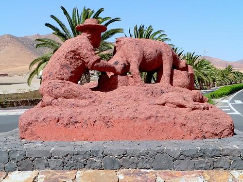 Espagne, l'île de Fuerteventura, monument sur un rond point à Pajara