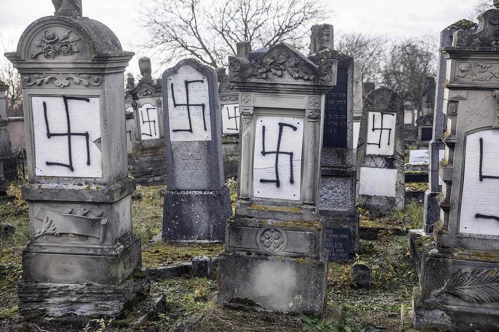 2018年底,近史特拉斯堡的一座猶太公墓,被噴上納粹黨徽。(圖片來源:Jean-Francois Badias/AP)