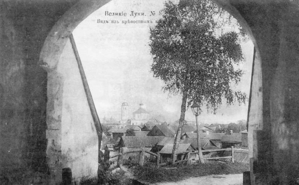 Вид из Северных крепостных ворот на Покровскую площадь