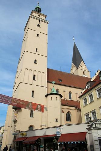 Ingolstadt: Katholische Pfarrkirche St. Moritz mit dem städtischen Pfeifturm (links)