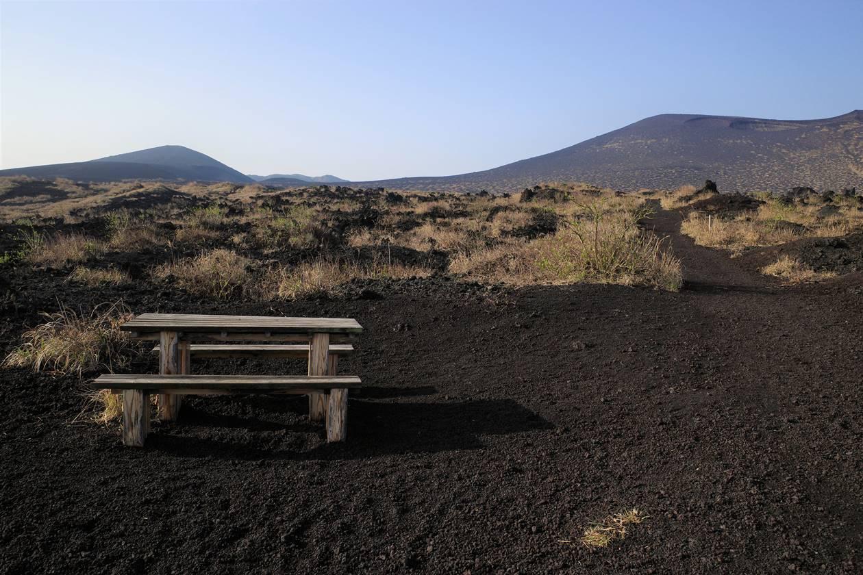 伊豆大島・三原山登山 裏砂漠のベンチ