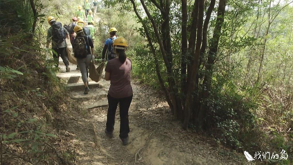 要修復的步道,周邊沒有適合石頭,志工的築路初體驗,就從搬材料開始。