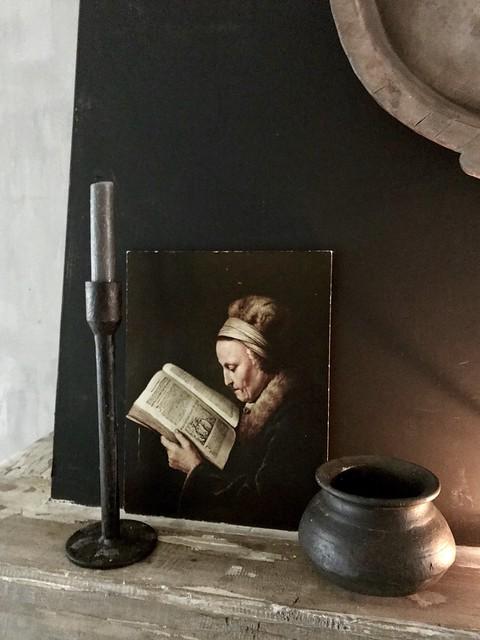 Schilderij lezende oude vrouw kandelaar potje