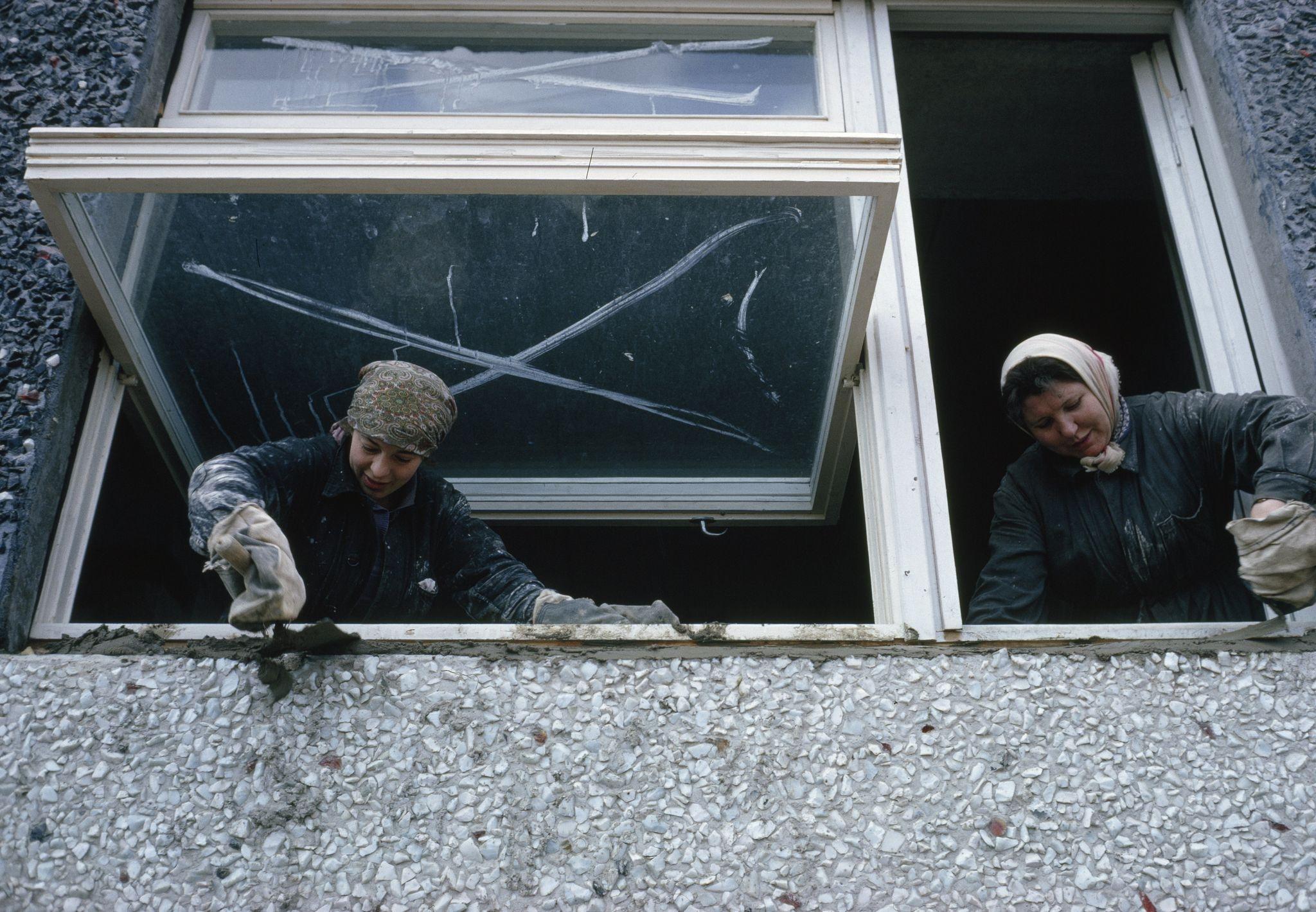 1964. Женщины-строители устанавливают окна в новом многоквартирном доме