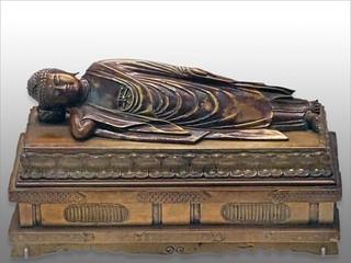 Coffret avec le Bouddha Shâkyamuni atteignant le Parinirvāṇa (Panthéon, Paris)