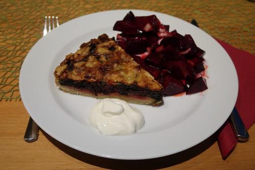 Aufgebackene Rote Bete Blätter Quiche mit Joghurt und frisch zubereiteter Rote Bete Salat