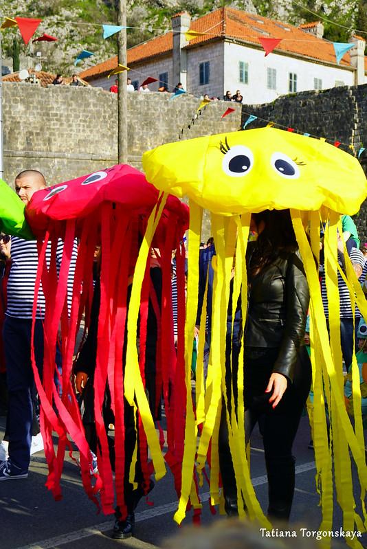 """Члены группы детского сада """"Radost"""" на карнавальном шествии"""