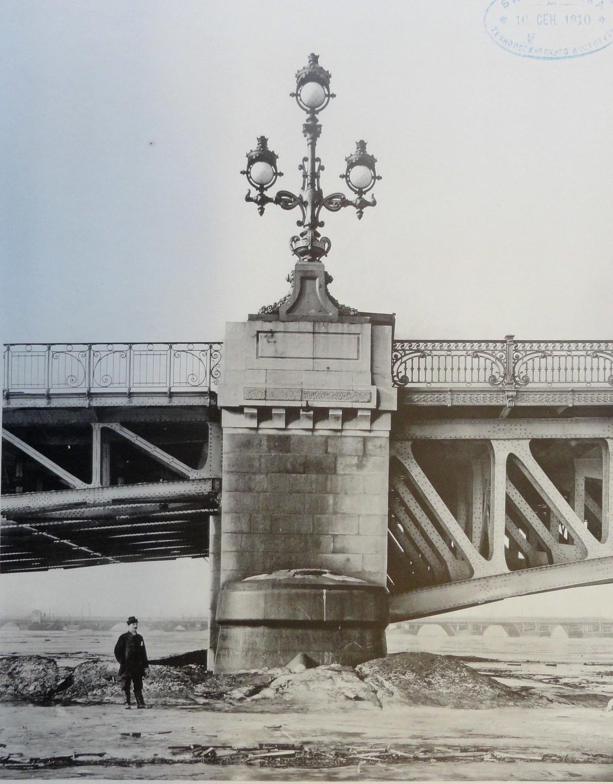 1903. Бык №2 поддерживающий фермы поворотного моста и левого крайнего пролета. Март