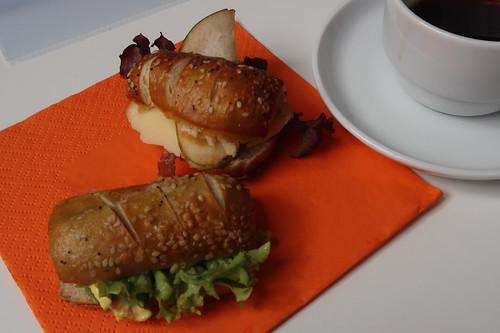 Mini-Brötchen mit Käse und Birne bzw. Currycreme und Salat (in einer Kaffeepause einer Tagung in Passau)