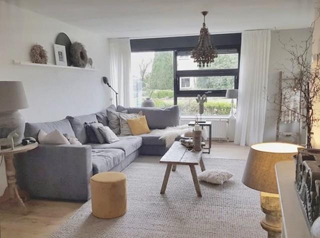 lichte woonkamer okergele accessoires Jelra