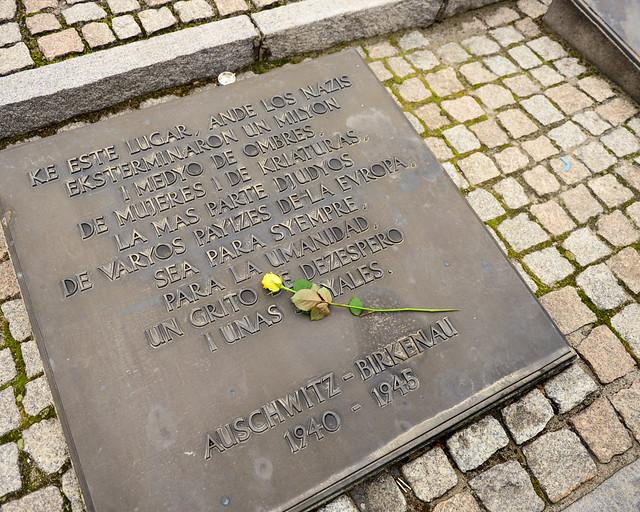 Placa conmemorativa en recuerdo al sentido de la existencia de este lugar