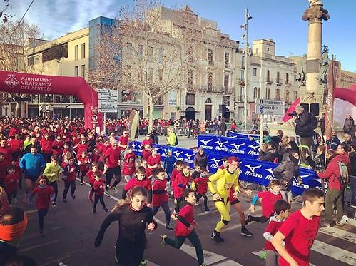 Sortida de la #cursa solidària Mini10k amb el Capità Vitamines prèvia a la #10kVila @Fondistes #Vilafranca #Penedès #CapitalDelVi #10kVilafranca