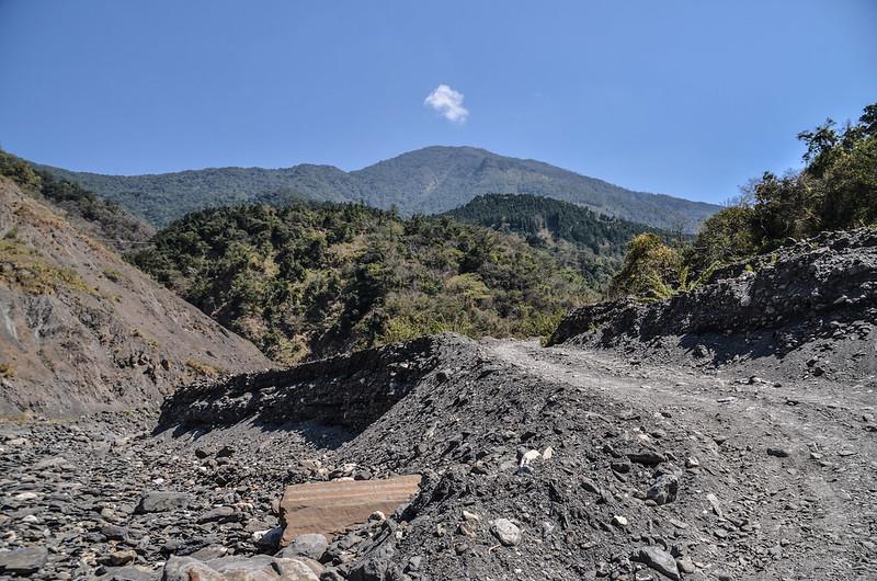 拉克斯山(玉穗山北峰)河床登山口東望鐵本山前山頭