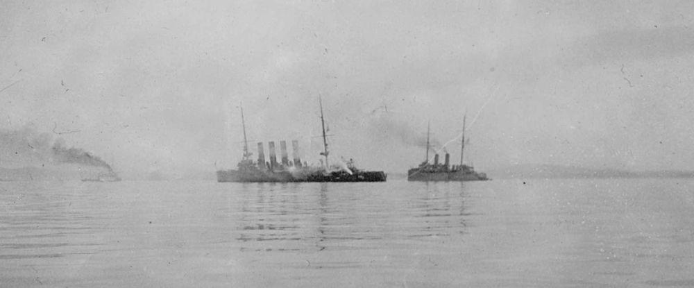 Крейсер «Варяг» и канонерская лодка «Кореец». Снимок сделан с борта с одного из японских кораблей