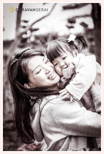 女の子をハグするママ モノクロ写真