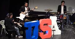 el-coro-femenino-de-tomelloso-levanta-de-sus-asientos-al-publico-del-gran-teatro-de-villarrobledo-con-su-espectaculo-musical-singing-america-20