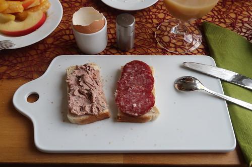 Leberwurst und Salami auf Toast