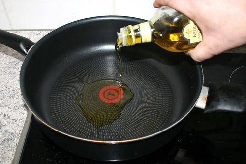 38 - Olivenöl in ausgewischter Pfanne erhitzen / Heat up olive oil in wiped out pan