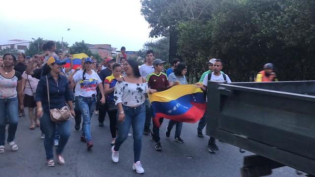 Tensão na fronteira aumenta com a chegada de opositores venezuelanos à Colômbia
