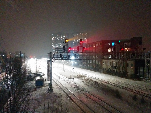 Yellow and red lights in fog #toronto #wallacepedestrianbridge #junctiontriangle #skyline #night #fog #thecrossways #dundaswest #rail #red #yellow